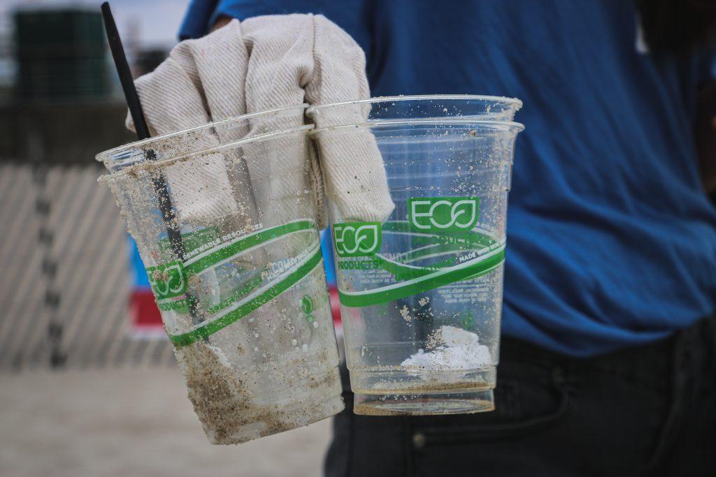 Sul blog di Celano Group un articolo che parla di greenwashing. Nella foto di Brian Yurasits, due bicchieri fatti di materiale eco che vengono lasciati sulla spiaggia con la cannuccia.