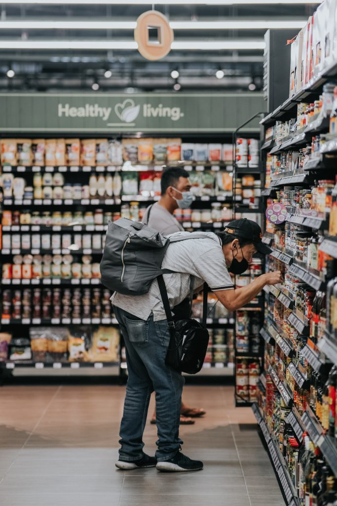 Sul blog di Celano Group un articolo che parla di greenwashing. Nella foto di Melanie Lim, un uomo sceglie con cura i prodotti del supermercato.