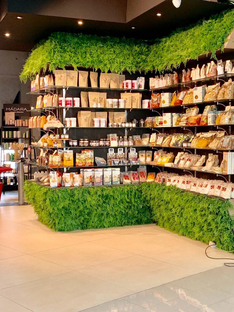 Sul blog di Celano Group un articolo che parla di greenwashing. Nella foto di Iona, prodotti del supermercato messi in bella evidenza per una comunicazione green.